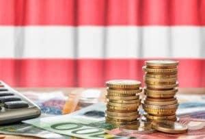 Österreich Flagge mit Münzen und Euro Scheinen