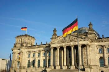 Bundestag mit Deutschland-Fahne
