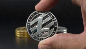Litecoin Münze Silber mit Hand dusting attacke litecoin