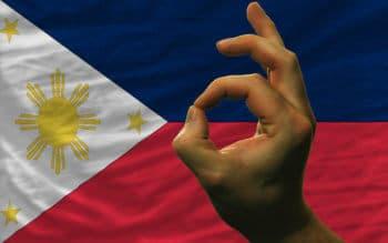Philippinische Flagge mit Hand - Kryptonews Monat August