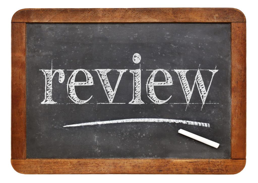 Review-Schriftzug auf Tafel