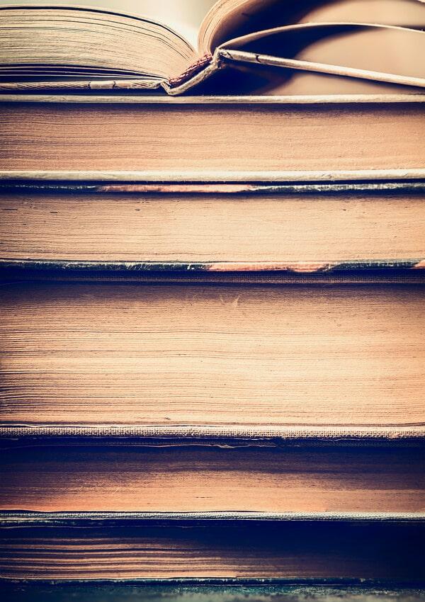 Bücher alt gestapelt - Krypto Lexikon