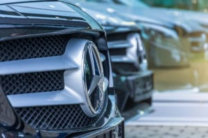 Mercedes Benz Autos Kühlergrill - Daimler Blockchain