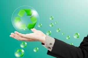 Recycle-Logo in Blasen gehalten von Hand - Daimler Blockchain