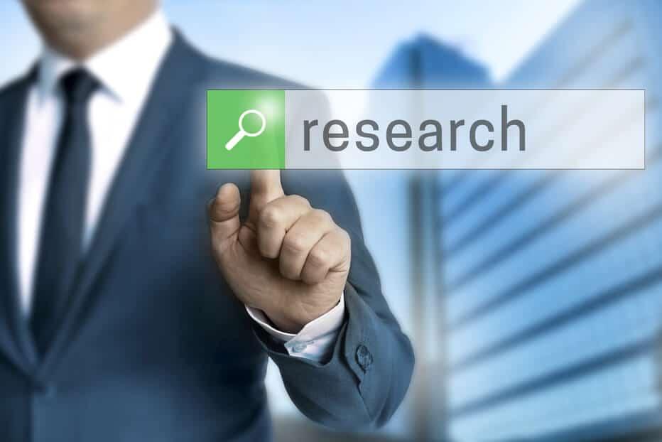 Mann im Anzug klickt auf Research Button - Krypto Scam DYOR