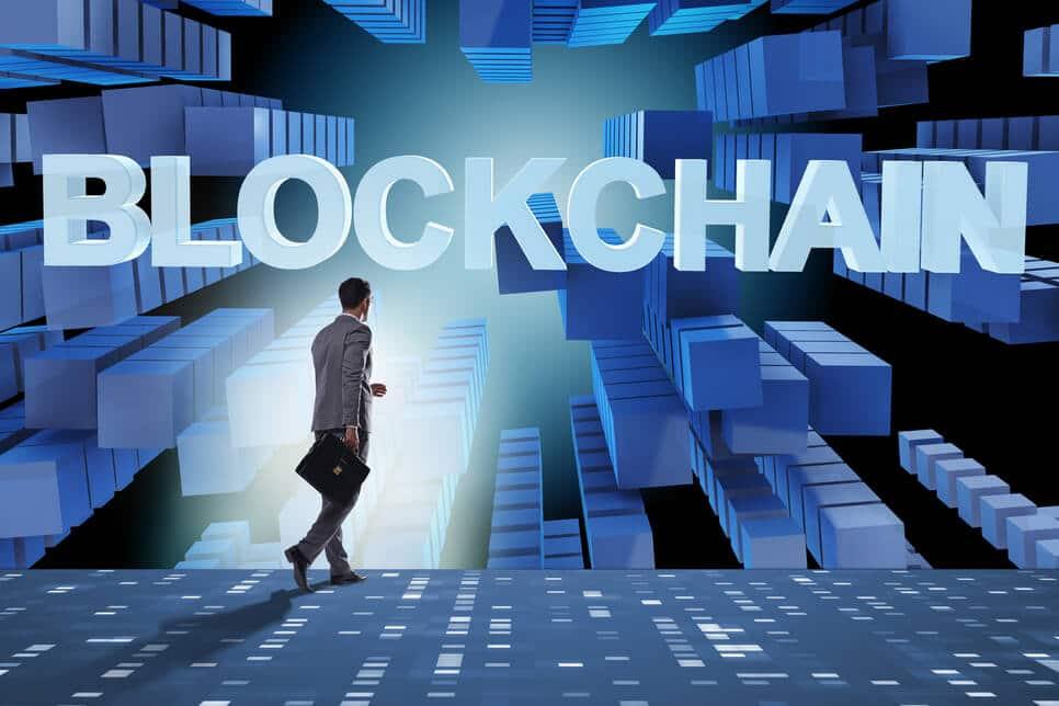 Mann läuft in Blockchain-Welt Band Protocol (BAND) vs Chainlink (LINK)